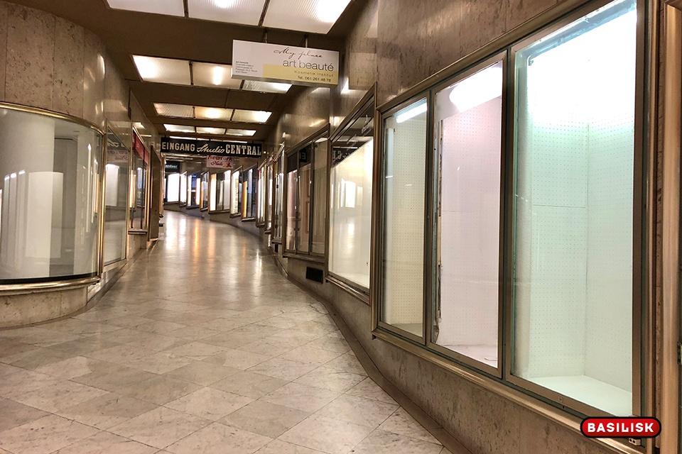 Viele Schaufenster in der Rümelinspassage stehen leer.