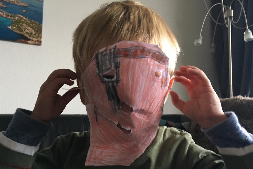 Saras Bruder Jan mit seiner Piraten-Maske