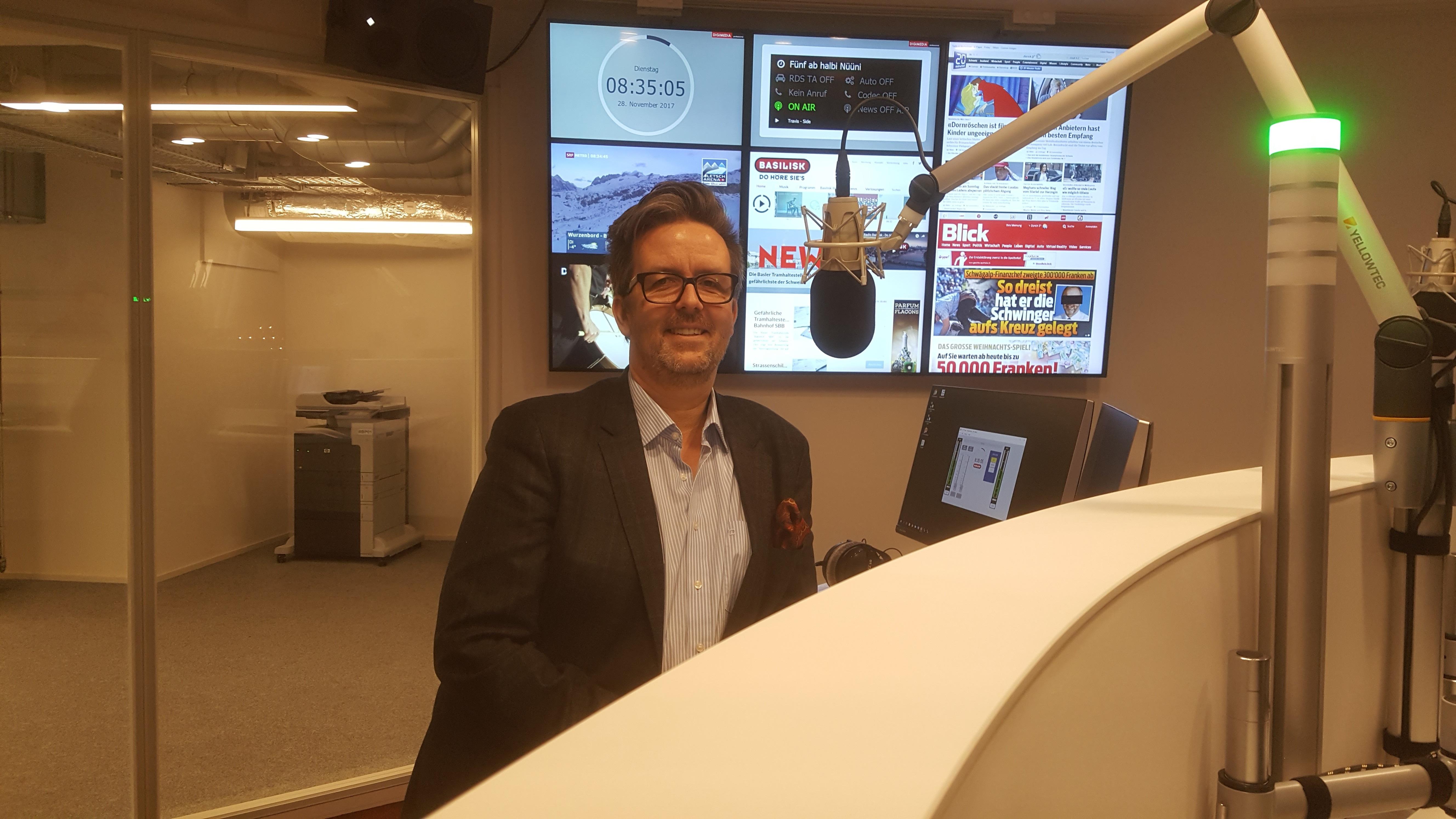 Roger Rittscher, Geschäftsführer Globus Basel, zu Besuch im neuen Basilisk-Studio