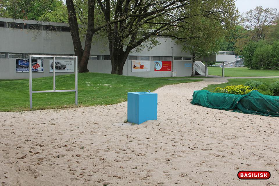 Der Eingang präsentiert sich noch mit Sand.