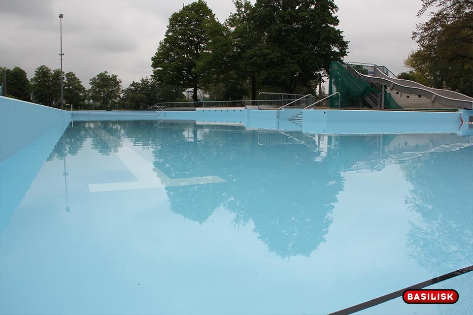 Die Becken werden noch gereinigt und dann ganz gefüllt.